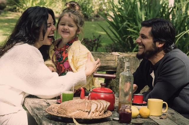 Bruno Gissoni com a mulher, Yanna Lavigne, e a filha, Madalena  (Foto: Reprodução)
