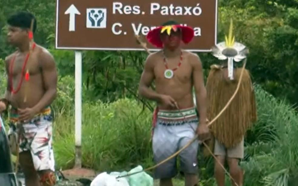 Indígenas interditam rodovia no sul da Bahia — Foto: Reprodução/TV Bahia