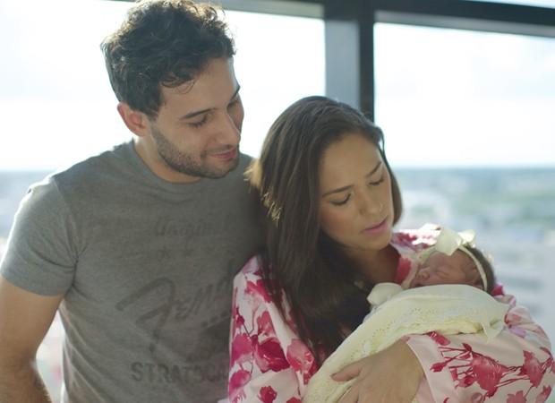 Rafael Almeida e Roberta Almeida com a pequena Maria (Foto: Arquivo pessoal)