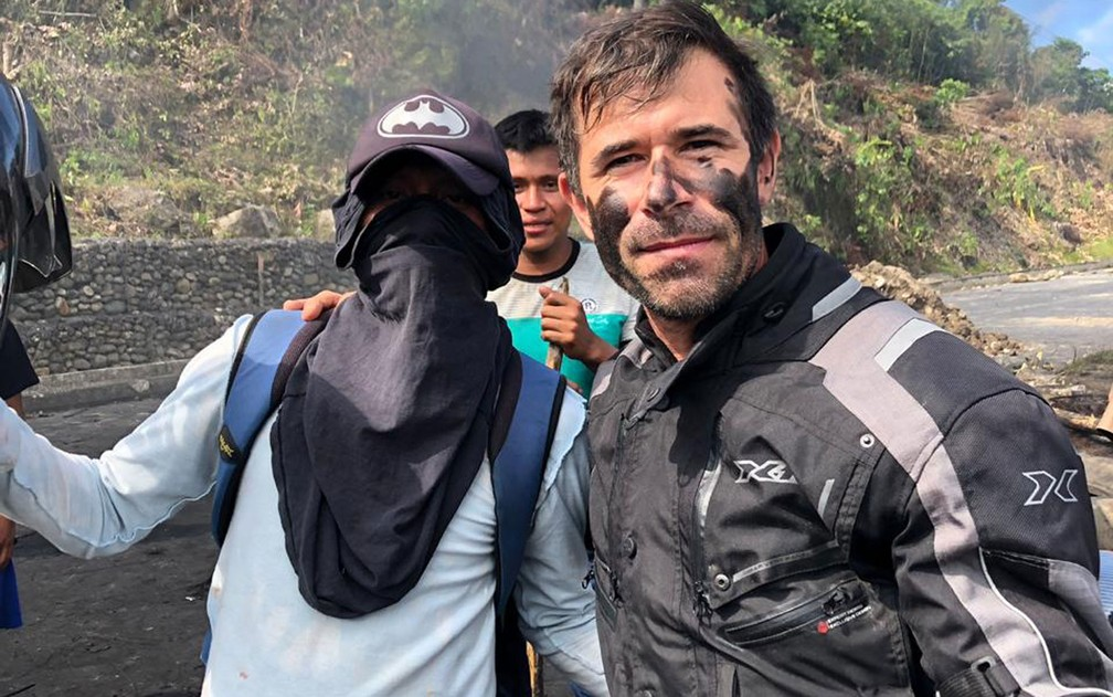 Através de diálogo e pagamento de pedágio, brasileiros conseguiam atravessar algumas barreiras — Foto: Claudinei Batista/Arquivo pessoal