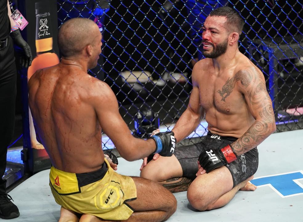 Dan Ige e Edson Barboza se cumprimentam após a luta no UFC: Overeem x Harris — Foto: Getty Images