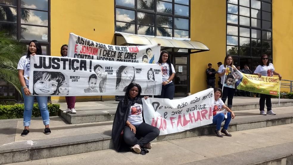 Manifestantes pedem justiça para casos de abuso sexual infantil, no ES — Foto: Kaio Henrique/ TV Gazeta