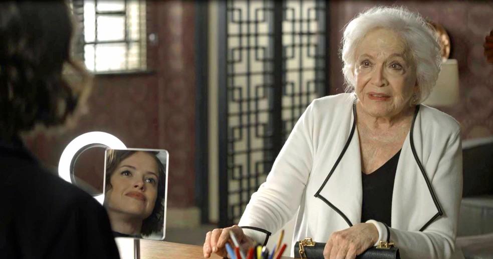 Gladys (Nathalia Timberg) procura Jô (Agatha Moreira) para pedir ajuda com despesas de Régis (Reynaldo Gianecchini), em 'A Dona do Pedaço' — Foto: Globo