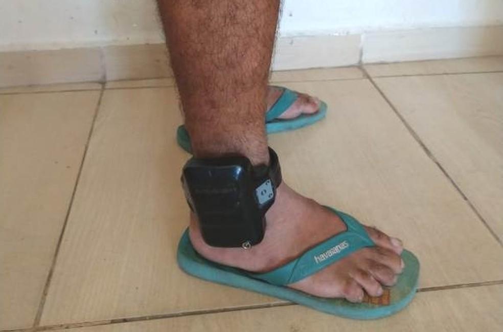Fotografia de condenado com tornozeleira eletrônica em dezembro de 2019  — Foto: Polícia Civil/Divulgação