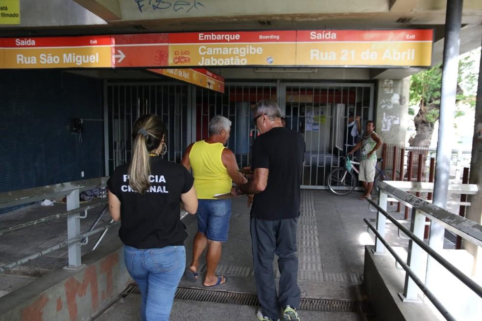 Peritos foram à estação do Metrô do Recife onde ocorreu colisão entre trens nesta terça-feira (18) — Foto: Marlon Costa/Pernambuco Press