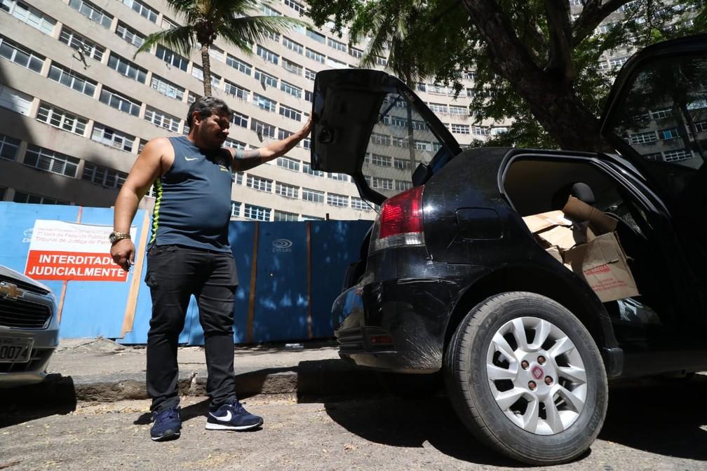 Síndico do Holiday, José Rufino Neto está morando no próprio carro, na frente do prédio — Foto: Marlon Costa/Pernambuco Press