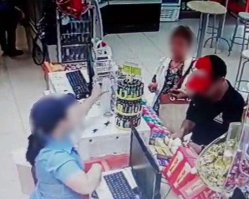 Imagens mostram idosa furtando itens, quase em frente ao caixa da loja. — Foto: Reprodução/RPC