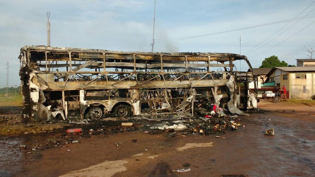 Ônibus pega fogo e fica completamente destruído na BR-174, em Roraima