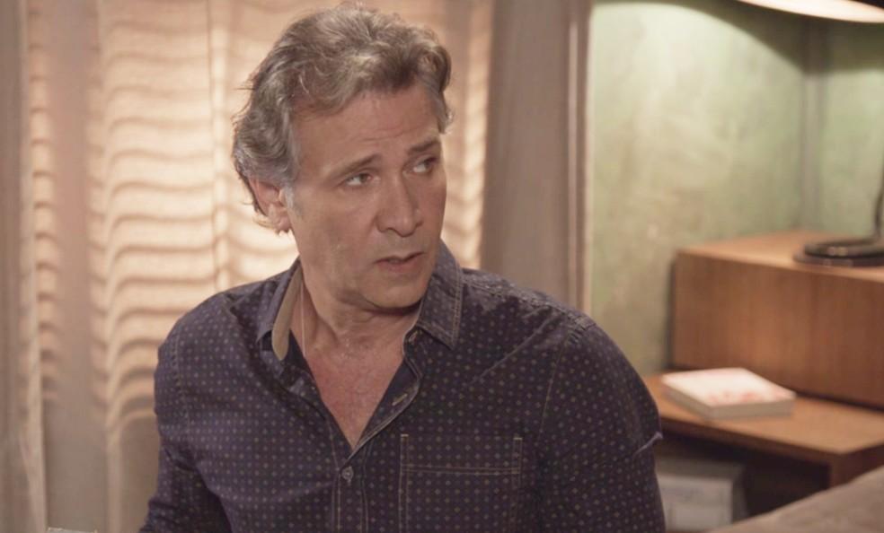 Livaldo (Nelson Freitas) pede que o filho tenha calma e o escute, na novela 'O Tempo Não Para' — Foto: TV Globo