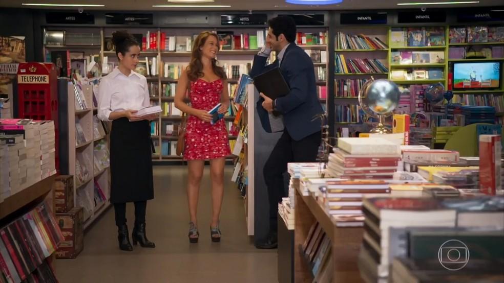 Beto (João Baldasserini) se oferece para dar aulas de português para Tancinha (Mariana Ximenes) - 'Haja Coração' — Foto: Globo