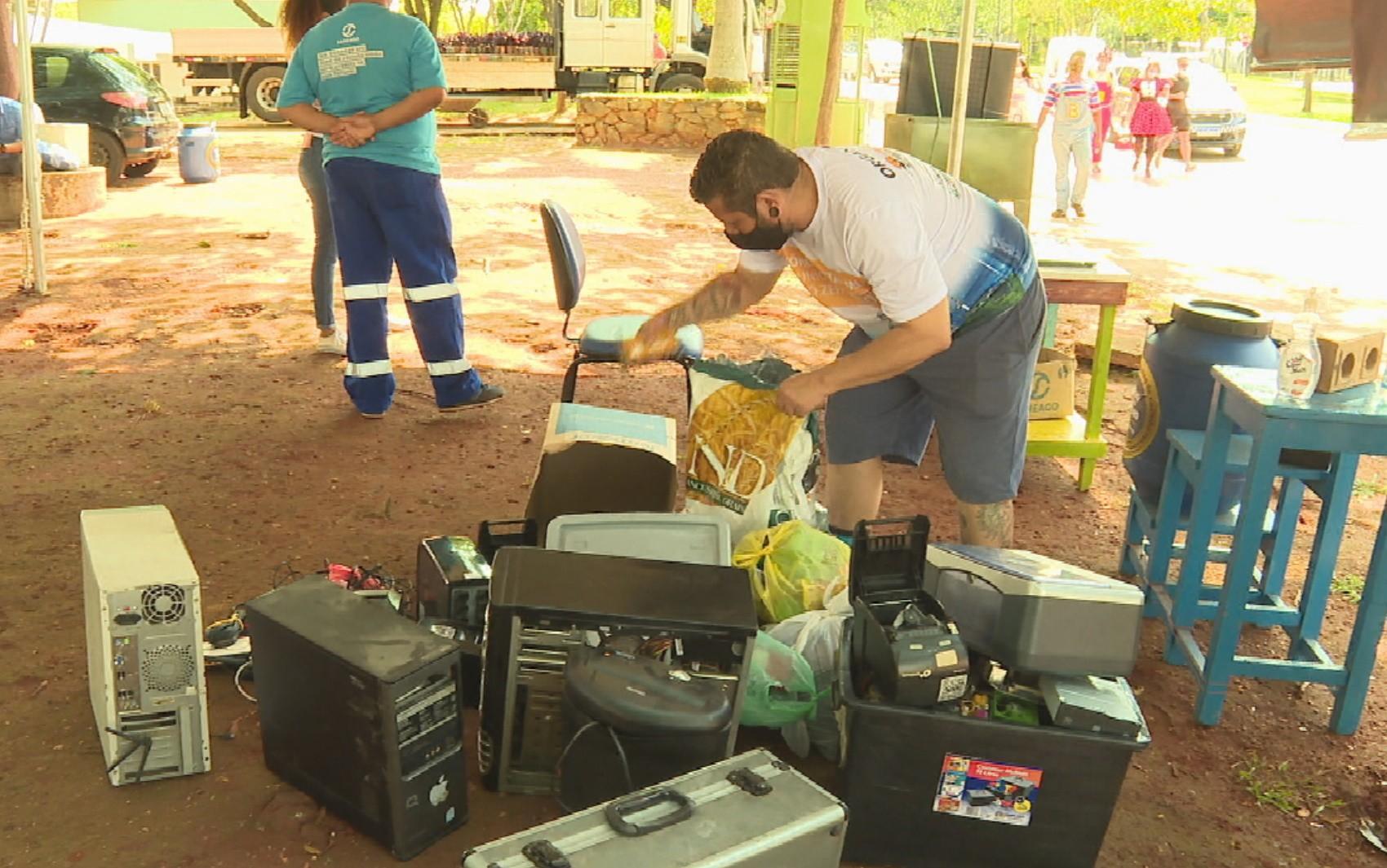 Goiânia monta drive-thru para recolher material reciclável
