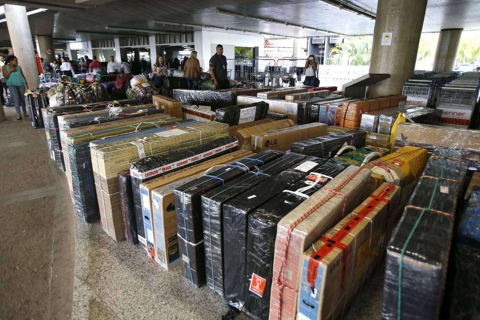 Com aparelhos de TV e muita bagagem, médicos cubanos que trabalhavam no Programa Mais Médicos embarcam no Aeroporto de Brasília (DF) rumo a Cuba, nesta quinta-feira, 22. — Foto: DIDA SAMPAIO/ESTADÃO CONTEÚDO