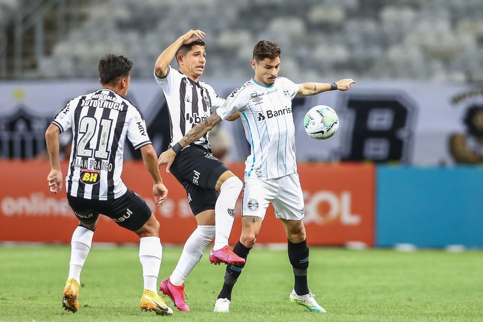 Diogo Barbosa começou mais uma vez como titular e pouco contribuiu — Foto: Lucas Uebel / Grêmio FBPA