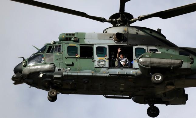 Presidente Bolsonaro sobrevoa protesto de ruralistas em helicóptero do Exército em Brasília, no dia 15 de maio