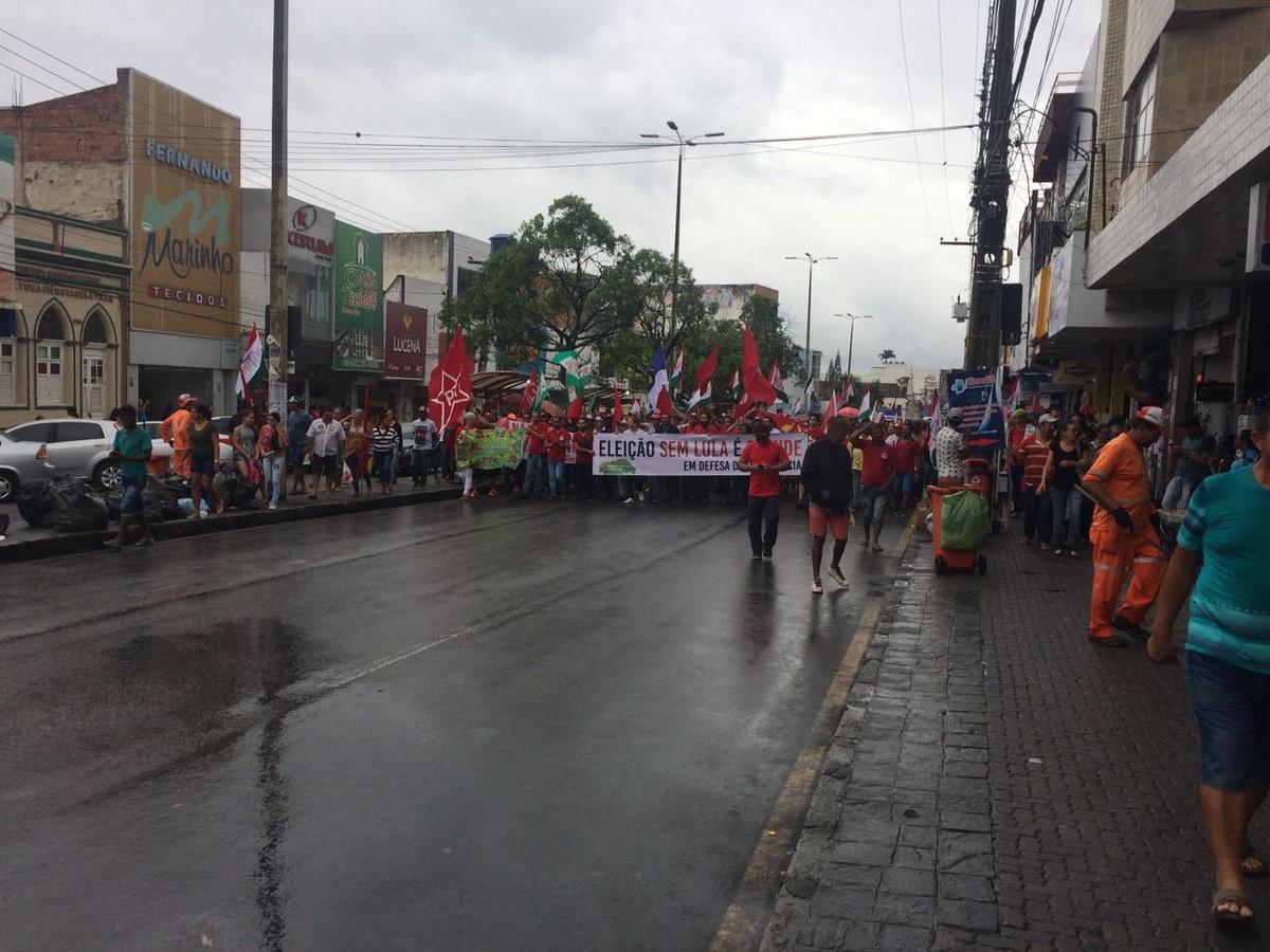 Manifestantes realizam ato público para apoiar ex-presidente Lula em Caruaru