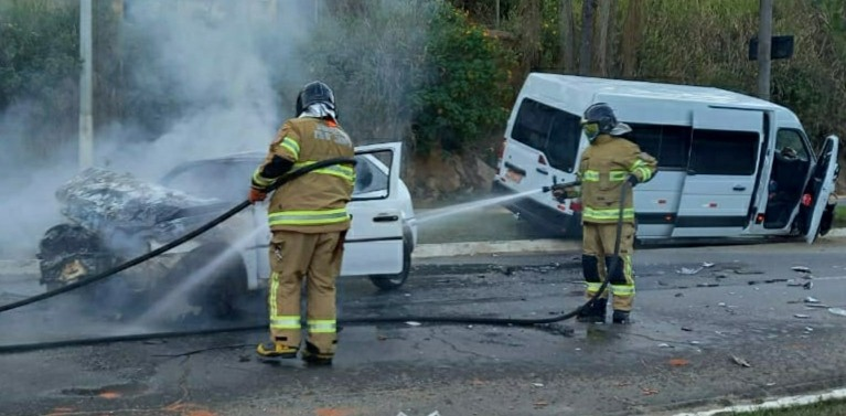Carro pega fogo ao colidir contra van e motorista fica ferido em Três Rios