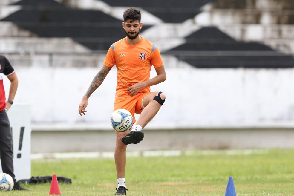 Hericles durante um treino de transição física — Foto: Marlon Costa/ Pernambuco Press