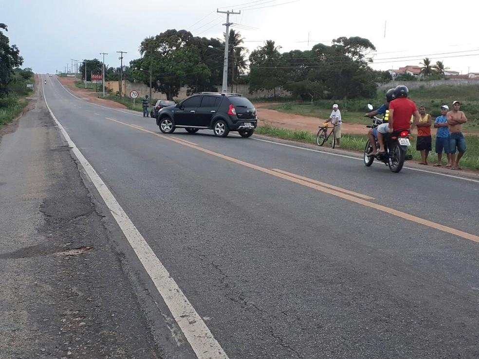Agentes da PRF encontraram o carro atravessado na BR-406 e o motorista trancado dentro do veículo (Foto: PRF/Divulgação)