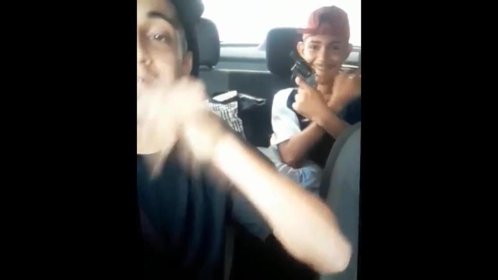 Dois homens, um de 23 anos e outro de 18 anos, faziam 'live' na internet quando foram presos por roubo de carro — Foto: Reprodução/WhatsApp