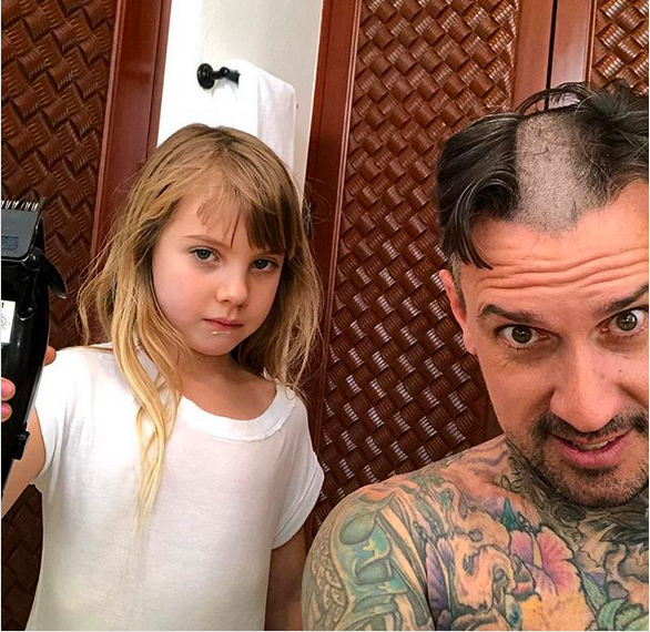 A filha de seis anos da cantora Pink, Willow, ao lado do pai com o novo corte de cabelo (Foto: Instagram)