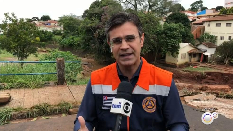 Vice-governador Rodrigo Garcia durante visita a Botucatu para acompanhar estragos causados pela chuva 11/02/2020 — Foto: TV TEM/Reprodução