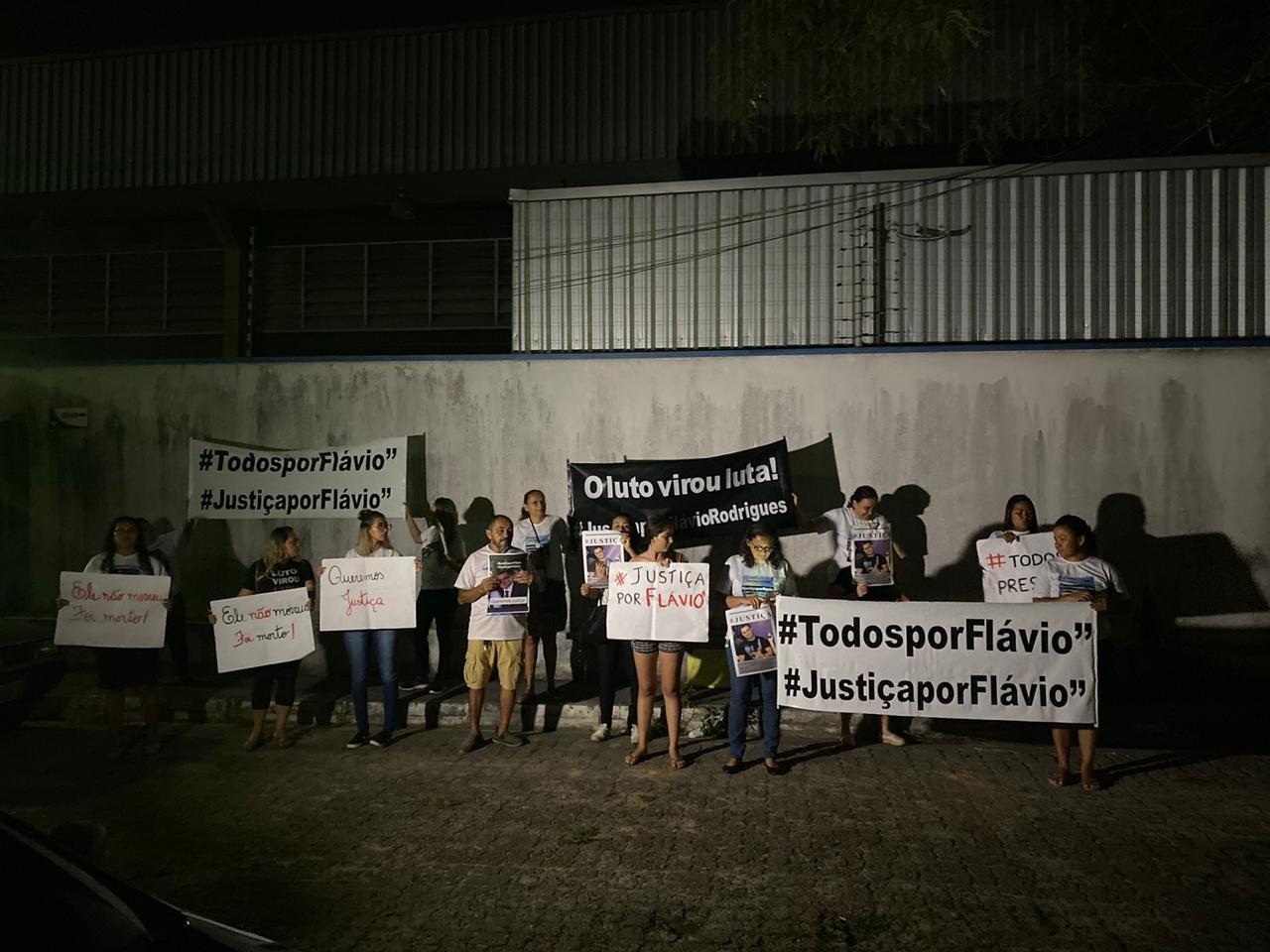 Caso Flávio: Familiares de engenheiro protestam em delegacia enquanto primeira-dama conversa com polícia - Notícias - Plantão Diário