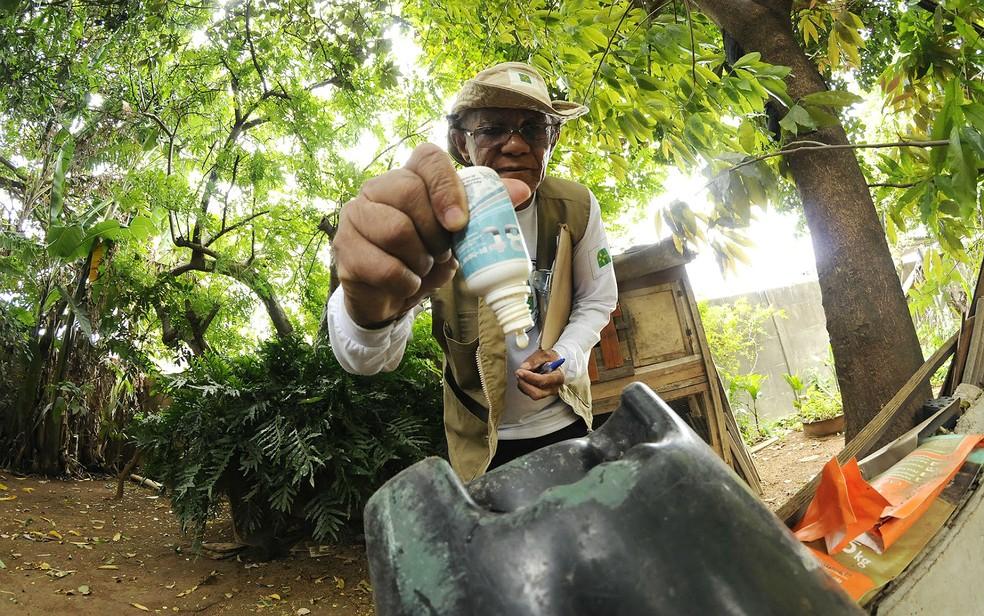 Vigilante de prevenção de endemias faz vistoria contra a dengue em casa no Gama, no Distrito federal — Foto: Secretaria de Saúde do DF/ Divulgação