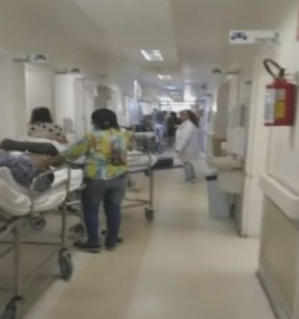 Vídeo mostra que pacientes aguardavam em macas nos corredores durante a comemoração dos estudantes em Marília — Foto: TV TEM/Reprodução