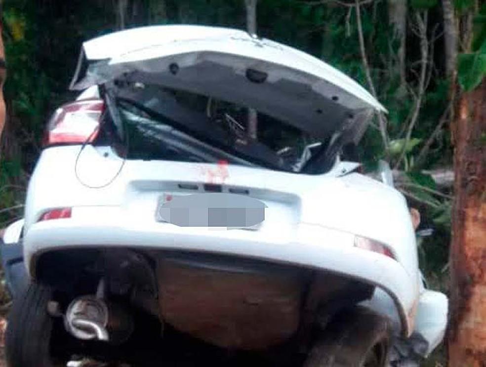 Carro envolvido em acidente na Linha Verde, na Bahia — Foto: Ubiratan Passos/TV Bahia