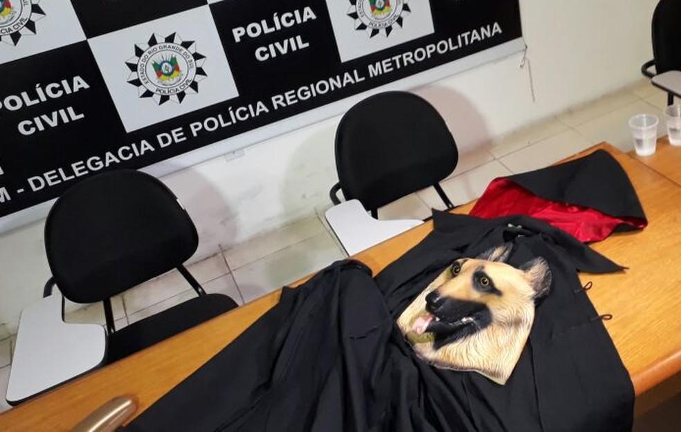 Capa e máscara foram encontrados em cofre no templo onde teria ocorrido um ritual satânico no RS (Foto: Daniel Favero/G1)