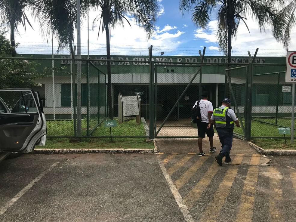 Adolescente é apreendido após ameaçar matar colegas no Gama (Foto: Letícia Carvalho/G1)