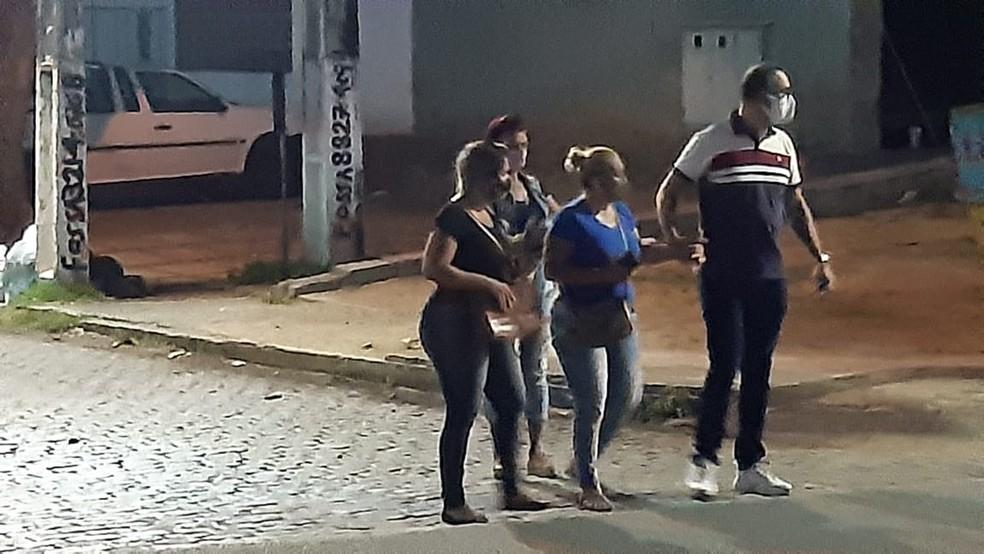 Adriana Dantas (de azul), mãe de Arlley Diego, esteve no Itep para liberar o corpo — Foto: Sérgio Henrique Santos/Inter TV Cabugi