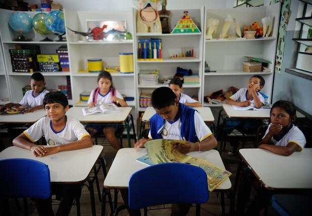 Crianças da comunidade de São Francisco do Mainã, na Amazônia, vão de lancha para a escola (Foto: Tomaz Silva/Agência Brasil)