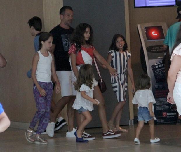 Malvino Salvador com as filhas e amiguinhas das garotu (Photo: Jose Humberto / AgNews)