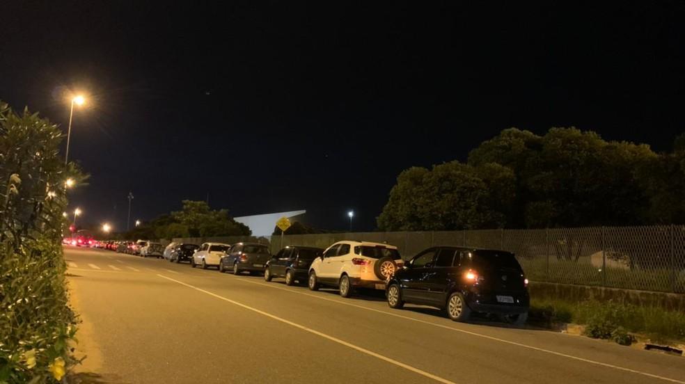 Carros enfileirados em frente ao polo de vacinação contra a Covid-19 na Uenf de Campos, no RJ — Foto: João Vitor Brum