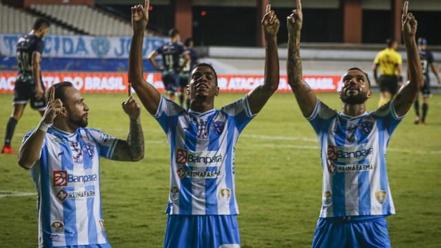 Uilliam Barros comemora o gol de empate no clássico