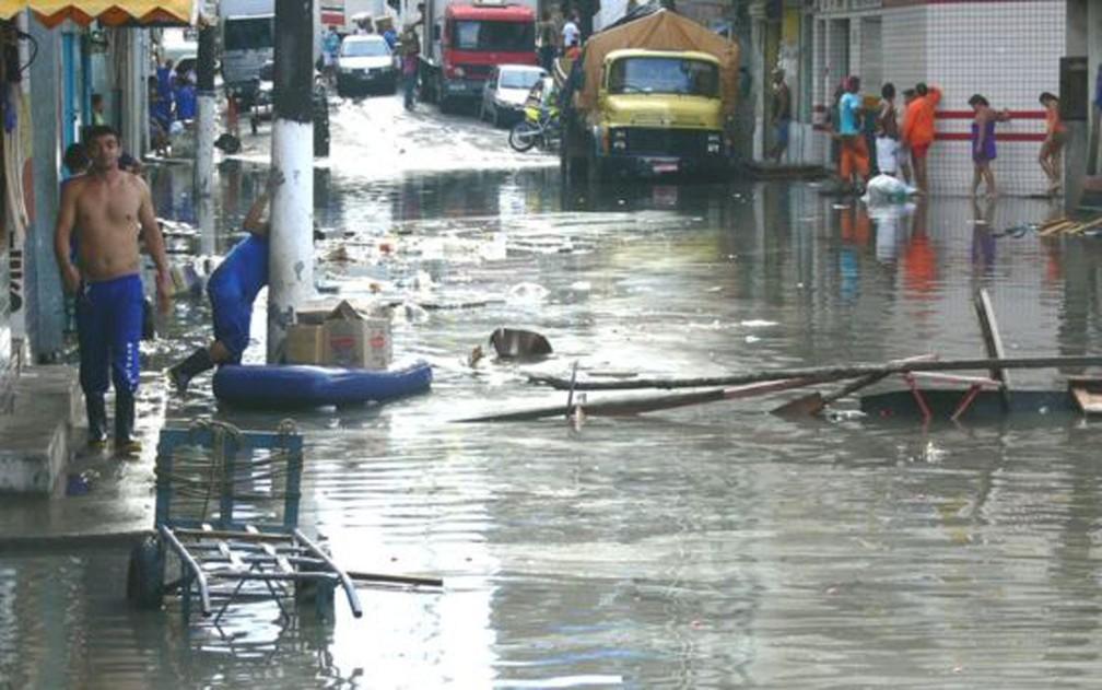 'Quando o rio ultrapassa o nível de 29 metros na régua, Manaus começa a inundar, e é aí que se declara o estado de emergência', diz o pesquisador chileno Jonathan Barichivich — Foto: Jochen Schongart/INPA