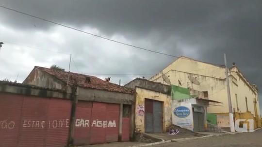 Vídeo mostra bodes andando em cima de telhados em Serra Redonda, PB