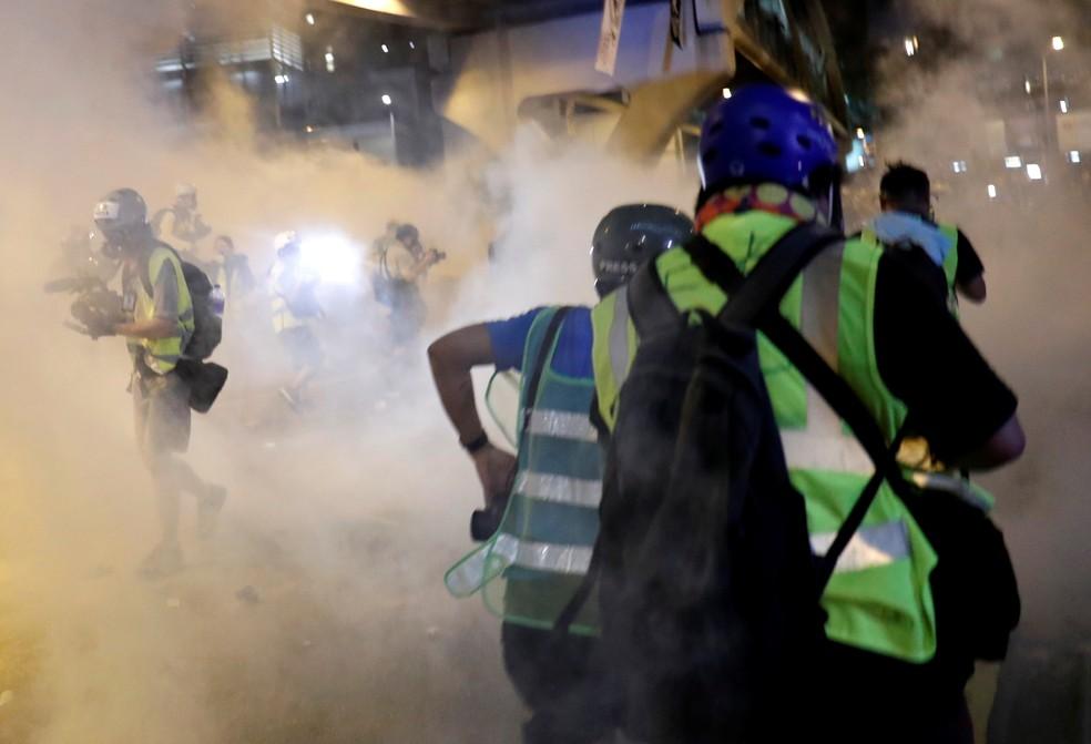 Polícia jogou bombas de gás do lado de fora do Parlamento de Hong Kong — Foto: Tyrone Siu/Reuters