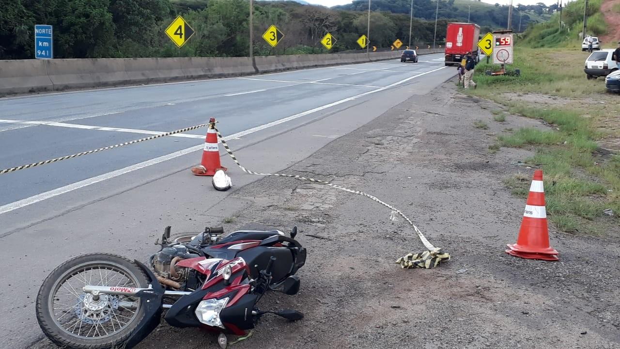 Motociclista de 62 anos morre após perder controle e cair debaixo de carreta na Fernão Dias