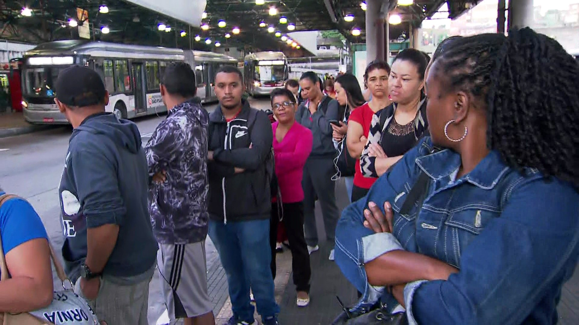 Passageiros relatam filas e lotação após SP retirar ônibus das ruas devido à quarentena de coronavírus