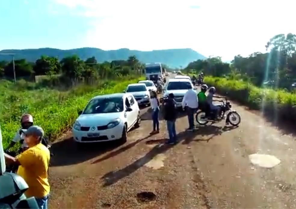 Motoradores bloquem trecho da TO-020 — Foto: Reprodução
