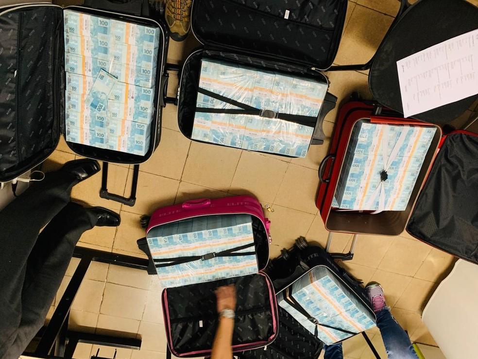 Malas com dinheiro foram encontradas em carros com o grupo que veio de São Paulo e se envolveu em tiroteio com policiais civis de Juiz de Fora — Foto: Polícia Civil/Divulgação