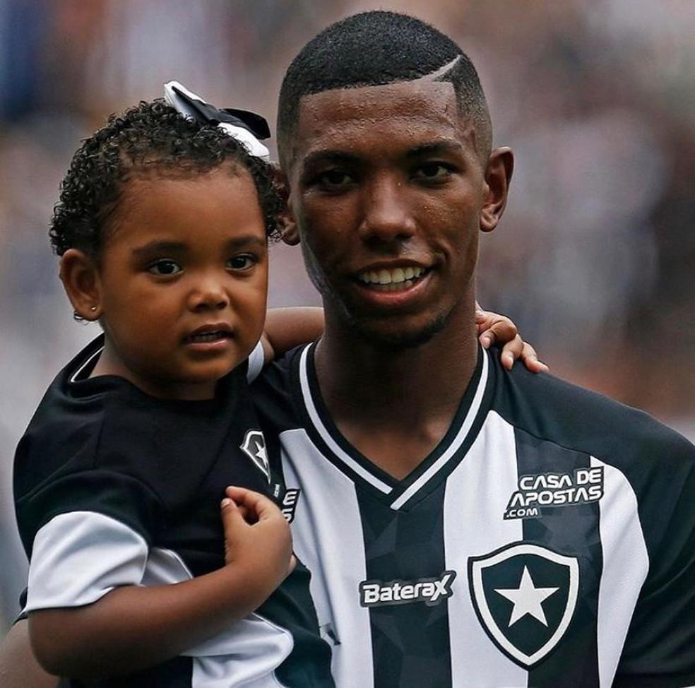 Kanu e a filha Sofia em jogo do Botafogo — Foto: Vitor Silva/Botafogo