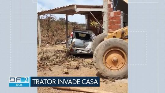 Susto em São Sebastião: motorista de trator perde o controle e invade casa