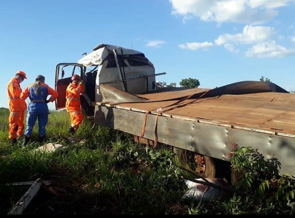 Motorista morre após caminhão capotar na MCG-497 em Uberlândia