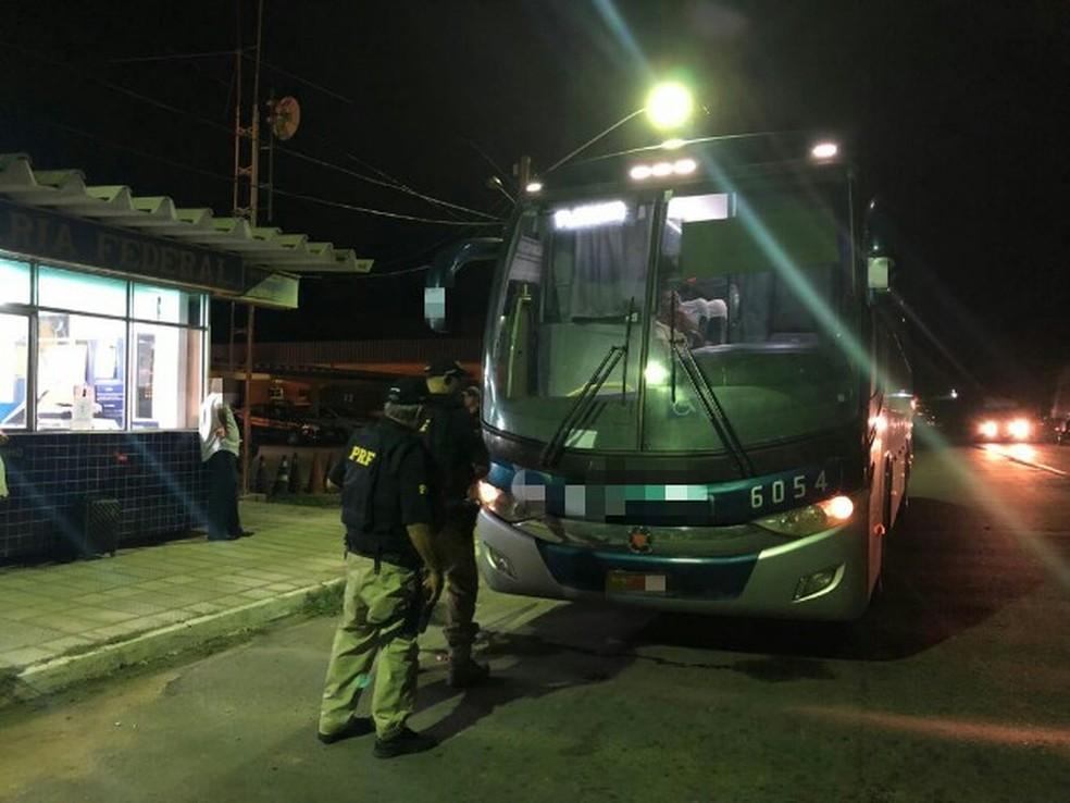 Motorista de ônibus é flagrado dirigindo embriagado na BR-232, em Serra Talhada