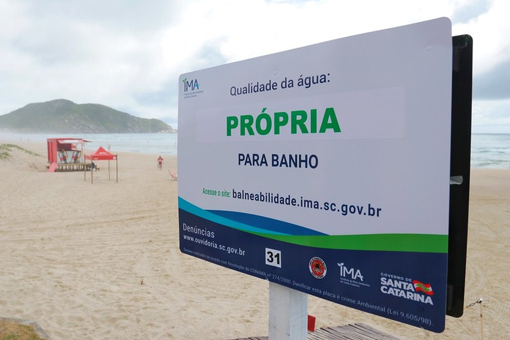 Novas placas de balneabilidade em Santa Catarina. — Foto: Cristiano Estrela/Secom