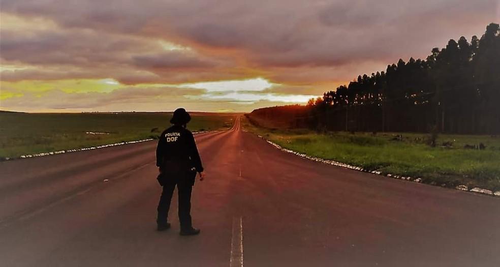 Policial do DOF vigia estrada entre Ponta Porã e Pedro Juan Caballero — Foto: DOF/Divulgação