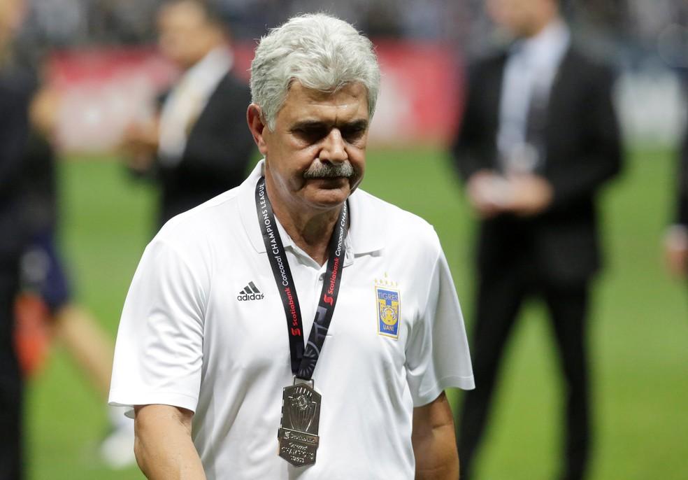 Ricardo Ferretti, o Tuca, sai de campo com a medalha de prata pelo vice-campeonato da Liga dos Campeões da Concacaf — Foto: REUTERS/Daniel Becerril